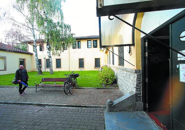 Entrada al edificio que albergó el antiguo hospital que albergará eñ centro de noche. / F. DE LA HERA