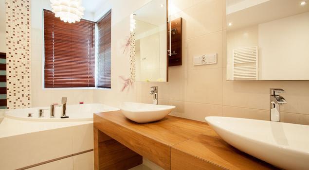 Jasna łazienka ocieplona drewnem – elegancka aranżacja