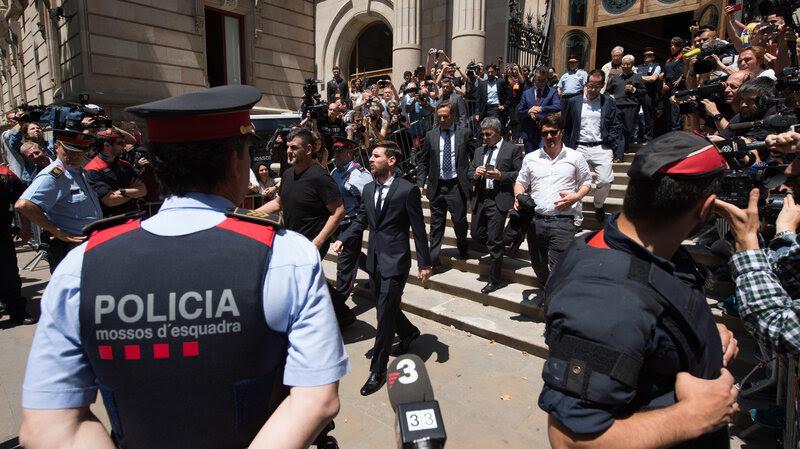 Lionel Messi sarà probabilmente avere la sua condanna sospesa, di diritto spagnolo.  Ha visto qui lasciando un tribunale di Barcellona il mese scorso, seguito dal padre Jorge Horacio Messi e suo fratello Rodrigo Messi.