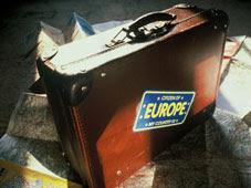 Des cartes et une valise avec un autocollant dans lequel c'est écrit 'Europe'
