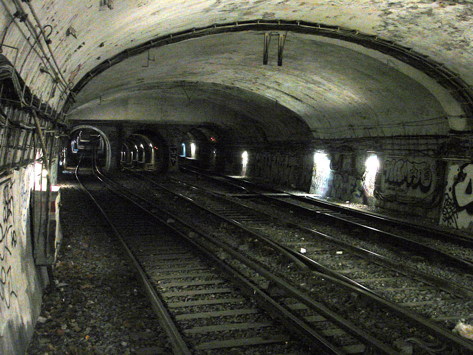 http://upload.wikimedia.org/wikipedia/commons/d/dd/Metro_de_Paris_-_Ligne_10_-_Cluny_-_La_Sorbonne_06.jpg