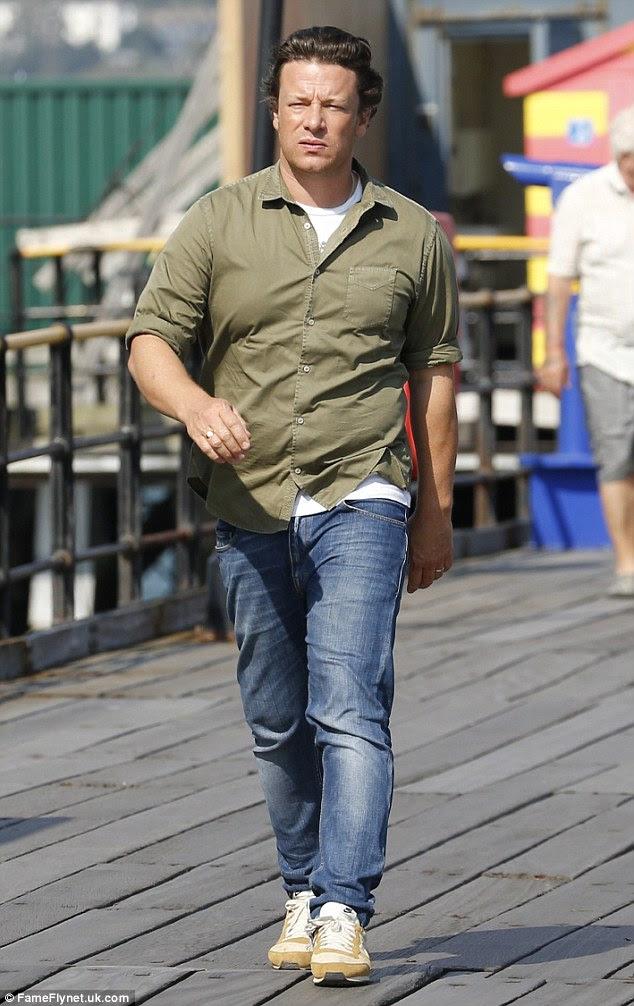 Casual: Pai-de-cinco Jamie parecia casual em jeans e uma camisa cáqui