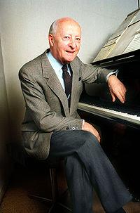 Lutosławski vid pianot i sitt hem