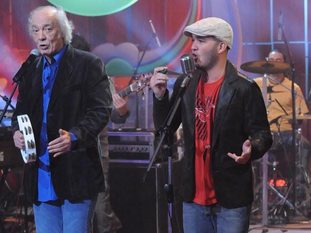 Alexandre Pessoal cantou ao lado do pai, Erasmo Carlos, no Som Brasil em setembro de 2008 (Foto: TV Globo / Frederico Rozario)