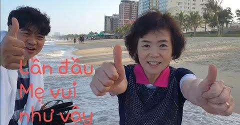 Mẹ Chồng Hàn Quốc cực vui khi dạo chơi trên biển Đà Nẵng.