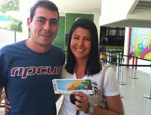 Casal conseguiu ingresso de Itália x Uruguai na última fase de vendas (Foto: Klênyo Galvão)