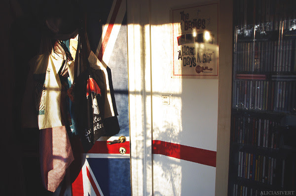 aliciasivert, alicia sivertsson, room, interior, detail, details, uk, england, brittish, united kingdom, u.k., great britain, union jack, flag, the beatles, beatles, stripe, wall painting, door, cd collection, kvällssol, rum, hem, flagga, storbritannien, målning, målad dörr, väggmålning, rand, rött