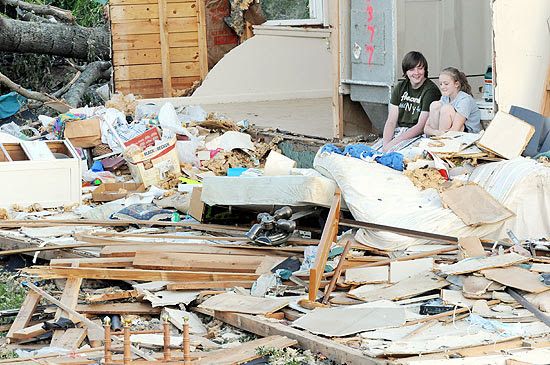 Sierra Dawson (dir.) conversa com seu amigo Preston Broyles em meio aos destroços de uma casa em Trenton (Geórgia)