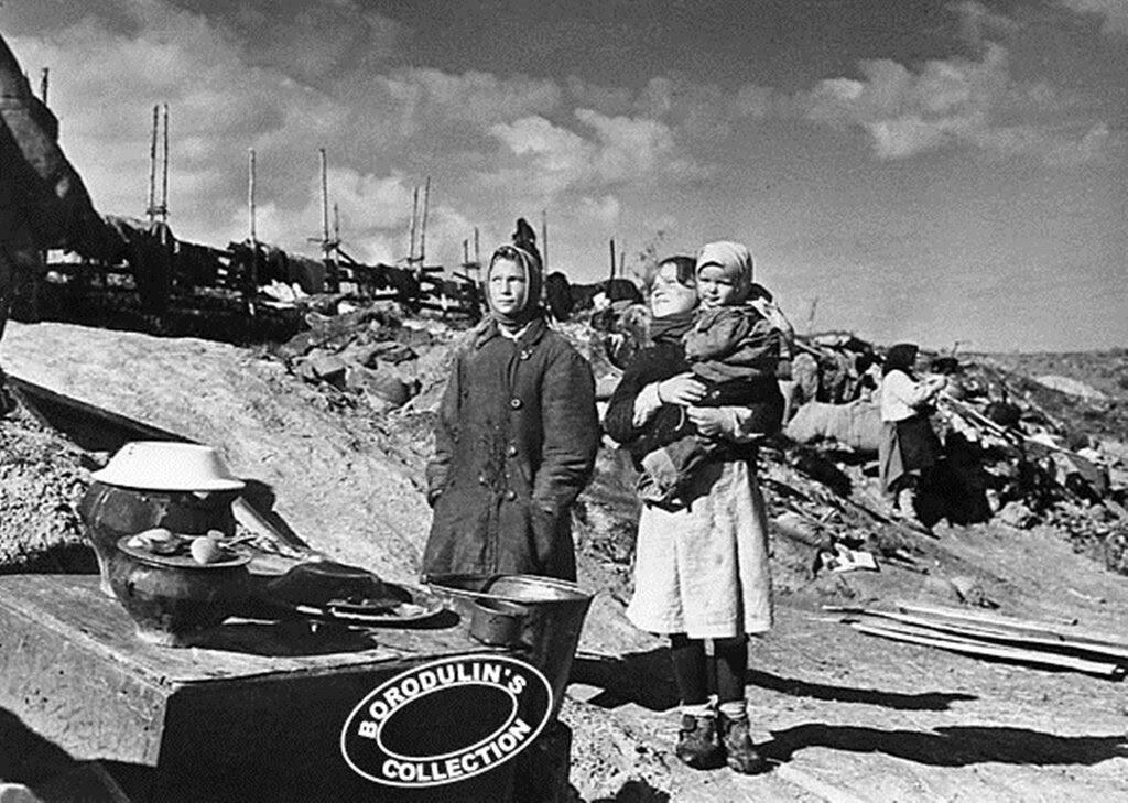 Враги сожгли родную хату. 1941.