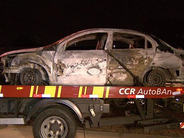 Carro usado para bloquear a rodovia em Campinas após assalto milionário (Foto: Reprodução EPTV)