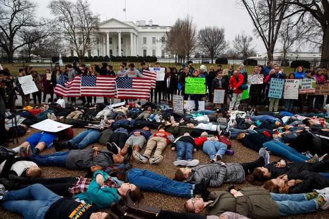 Des dizaines d'adolescents se sont allongés au sol... (PHOTO EVAN VUCCI, ASSOCIATED PRESS)