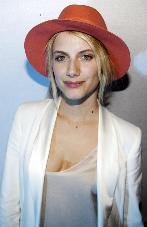 LE FASHION BLOG MELANIE LAURENT BRIGHT ORANGE PINK MAISON MICHEL FEDORA HAT WHITE TUXEDO BLAZER JACKET BRUSHED SILK CAMISOLE TOP FRENCH MUSE INSPIRATION NATURAL BEAUTY EFFORTLESS CANNES CONCERT photo LEFASHIONBLOGMELANIELAURENTMAISONMICHELFEDORAHATWHITEBLAZER.png