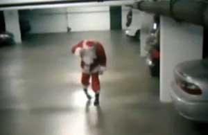 Babbo Natale ubriaco ripreso dalle telecamere di sorveglianza