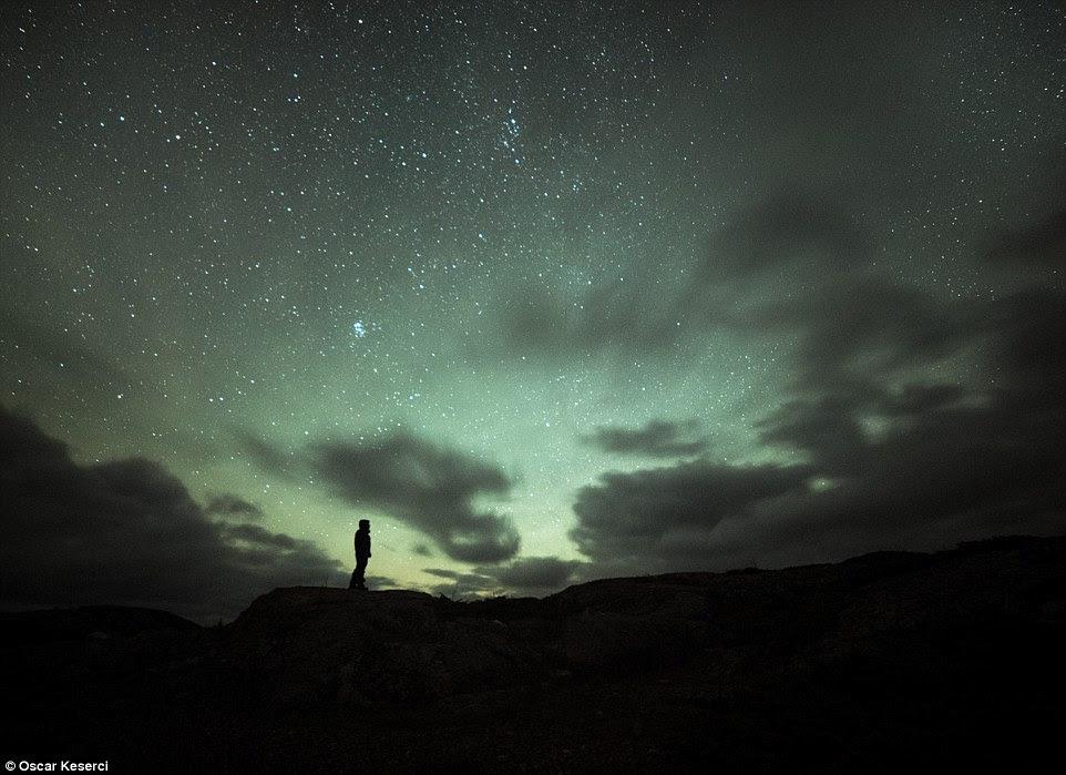 O último homem na Terra: Esta figura solitária está sozinha contra uma noite negra em Jurmo.  O fotógrafo elogiou as paisagens abertas ea falta de poluição luminosa como as condições perfeitas para a fotografia celestial