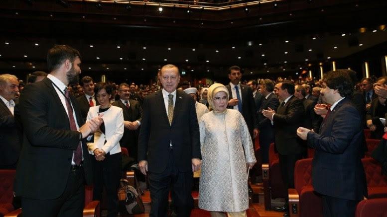 Ο πρόεδρος Ταγίπ Ερντογάν και η σύζυγός του Εμινέ καταχειροκροτούμενοι από τον όχλο. Φωτογραφία Τουρκική Προεδρία