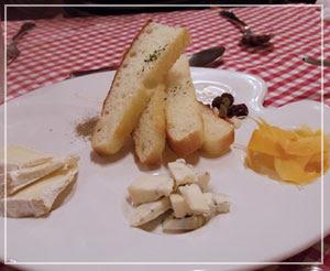 津田沼「chez Como」にて、ワインが残ったので、ちらっとチーズも。