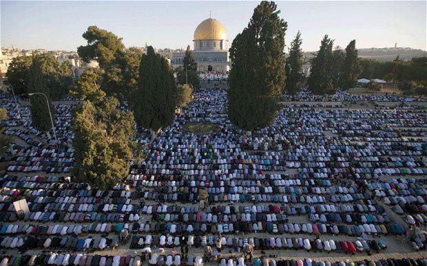 Les musulmans prient sur le Dome du Rocher à Jérusalem