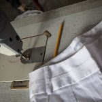 Calça de luxo na máquina em que foi costurada