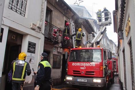 Los bomberos de Lugo mantendrán la vigilancia de los inmuebles durante todo el lunes.   Efe