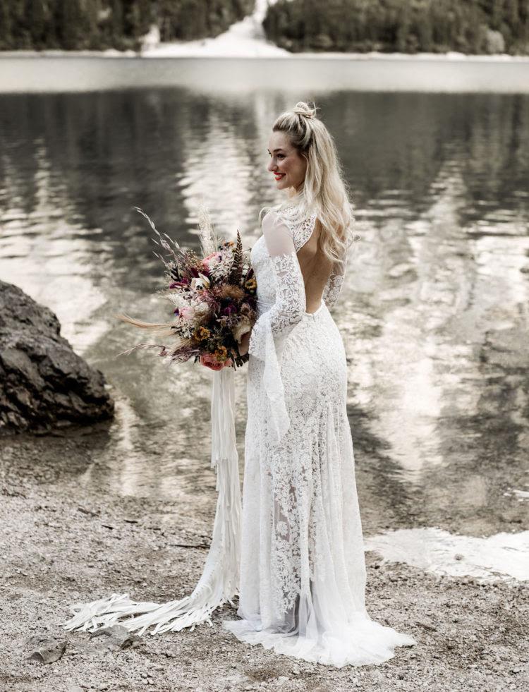 Die boho-Spitze-Hochzeits-Kleid mit weiten ärmeln und einem offenen Rücken sah sehr cool aus und der Strauß hatte-Band, erinnerte an das Kleid