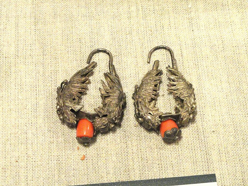 File:Earrings - Yunnan Nationalities Museum - DSC04109.JPG