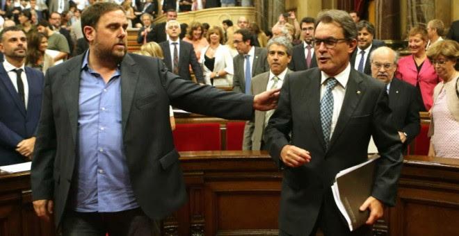 El presidente de la Generalitat en funciones, Artur Mas, y el líder de ERC, Oriol Junqueras, en el Parlament. EFE