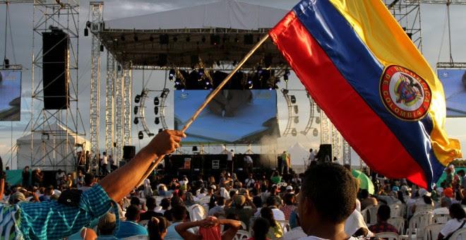 Guerrilleros de las FARC celebran la firma del acuerdo de paz en El Diamante (Colombia) donde se celebró la Décima Conferencia Nacional Guerrillera. EFE/PABLO ANDRÉS MONSALVE