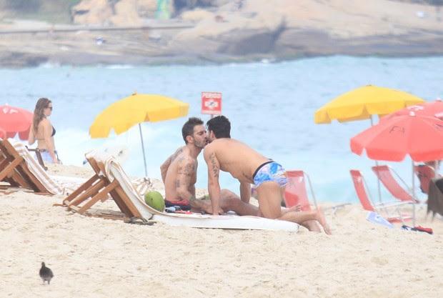 Harry Louis e Marc Jacobs na praia de Ipanema, no Rio (Foto: Rodrigo dos Anjos / AgNews)