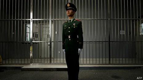 北京第一看守所外一名武警站岗(25/10/2012)
