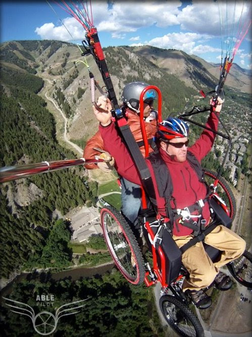 Darol Kubacz em uma cadeira de rodas especial, assume o controle do vôo livre adaptado