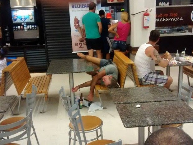 Homem chama atenção de curiosos ao dormir em praça de alimentação de hipermercado (Foto: Cássio Lyra/G1)