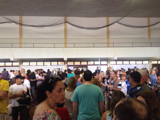 Zonas eleitorais ficaram cheias por conta da demora em Niterói, Região Metropolitana (Foto: Matheus Rodrigues/G1)