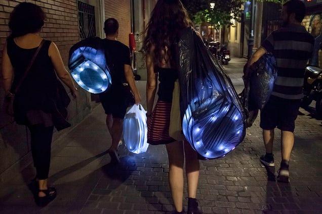 Protestan con retretes luminosos contra la Ley Mordaza en España