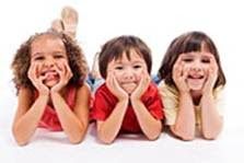 Tres niñas sonriendo