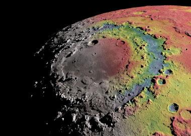 <p>Relieve sombreado de la cuenca Oriental de la Luna y anomalías gravitatorias detectadas por la misión GRAIL. Las zonas donde la gravedad es más fuerte (hay más masa respecto a un valor de referencia) se han coloreado de rojo, y donde es más débil (menos masa) en azul. /Ernest Wright, NASA/GSFC Scientific Visualization Studio</p>
