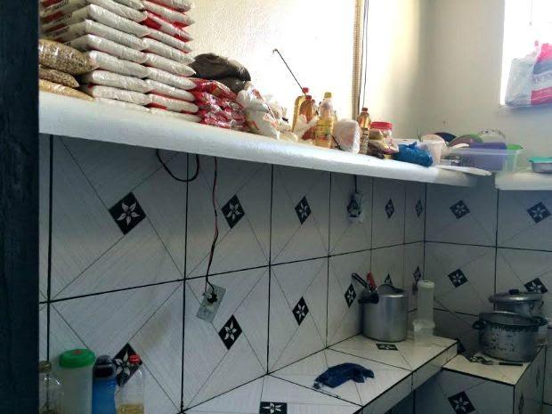 Foto divulgada pela SSP mostra cela com estoque de alimentos (Foto: SSP/Divulgação)