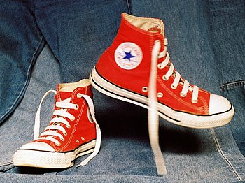 Español: Zapatillas marca Converse frente a un...