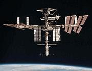 Una veduta della stazione spaziale internazionale, fotografata dall'astronauta italiano Paolo Nespoli dall'interno della Soyuz