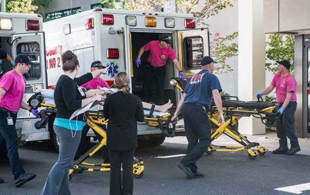 Ambulâncias chegam com feridos ao hospital Mercy, em Roseburg, depois que um atirador disparou nesta quinta-feira (1º) na faculdade Umpqua, no Oregon (Foto: Aaron Yost/Roseburg News-Review via AP)
