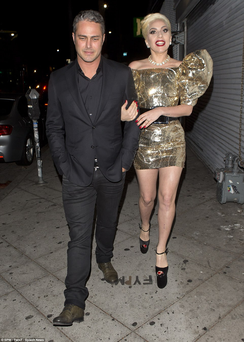 Segure-se firme: Gaga estilo seus cabelos loiros de platina em uma elegante up-fazer, enquanto ela acrescentou altura para ela olhar com altaneiro saltos plataforma