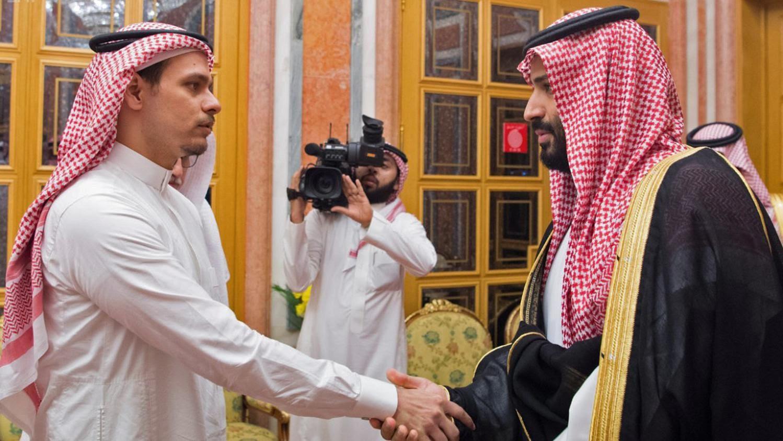 Le prince héritier saoudien Mohammed bin Salman et son père, le roi Salman, ont été photographiés en train de serrer la main de Salah bin Jamal Khashoggi, le fils aîné du journaliste, et de Sahl bin Ahmad Khashoggi, un autre parent, au palais Al Yamama à Riyadh