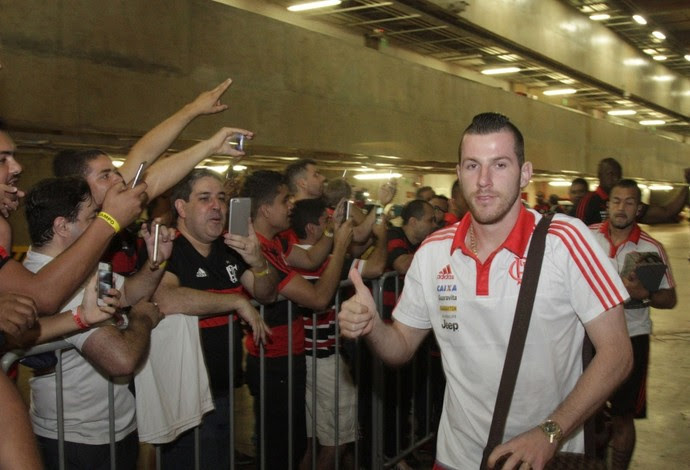 Paulo Victor no caminho para deixar o estádio em Brasília após a derrota (Foto: Gilvan de Souza / Flamengo)