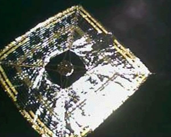 On June 15, 2010 (Japan Standard Time), a small 'separation camera' was jettisoned from IKAROS to photograph the solar sail in its entirety.