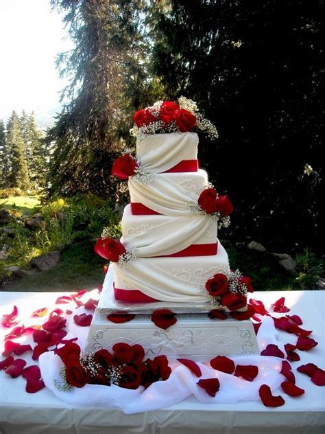 Vintage Wedding Cakes: A Touch of Unexpected Romance and Glam