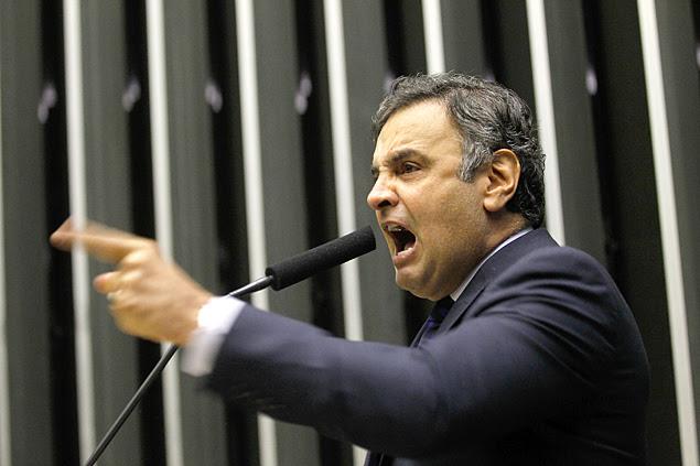 O senador Aécio neves (PSDB-MG), em discurso na tribuna