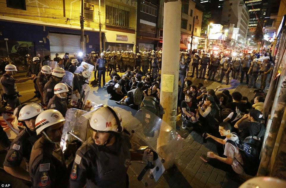 Manifestantes em São Paulo foram reunidos e cercado pela polícia, que usavam equipamento anti-motim e teve capacetes e escudos