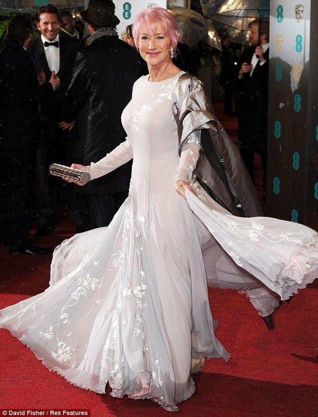 Pembe ve gümüş tilki!  Dame Helen Mirren zevkten dört köşe olan o başlangıçları Pazar gecesi EE BAFTA Ödülleri kırmızı halı üzerinde yeni bir boyalı bob gibi