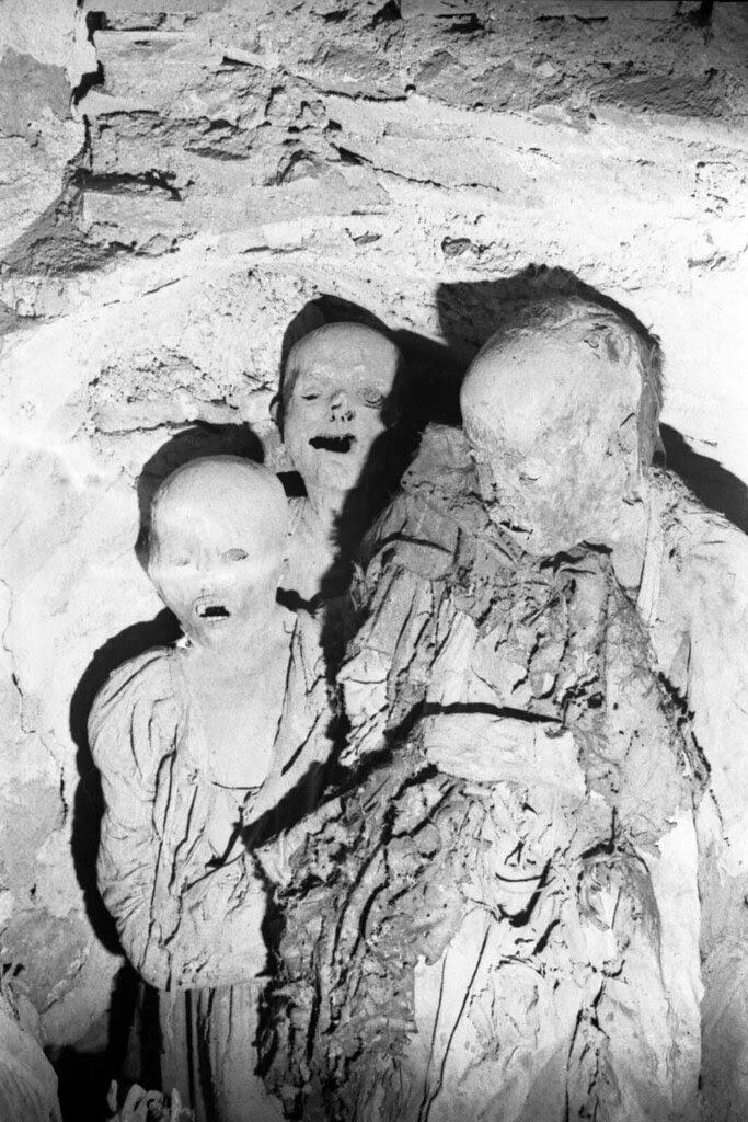 Momias de la cripta de la Iglesia de San Andrés de Toledo el día 1 de junio de 1974. Fotografía de José María Moreno
