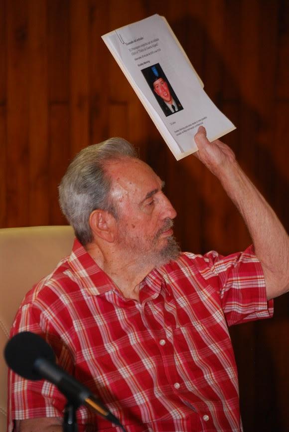 Fidel muestra la imagen del joven soldado que entregó a Wikileaks los documentos comprometedores de la guerra de EEUU en Afganistán. Foto: Estudios Revolución