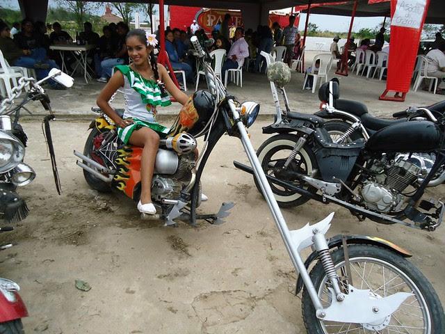 Angela Paz Espinoza vestida con un tipoy y montada sobre una moto